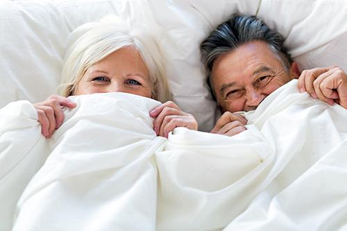 älteres Paar unter der Decke